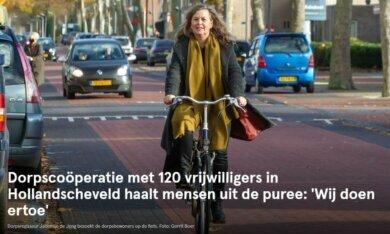 Dorpsregisseur Jacomijn de Jong bezoekt de dorpsbewoners op de fiets. Foto: Gerrit Boer DvhN