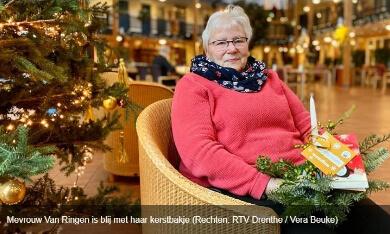 mevrouw van Ringen met kerstbakje (foto RTV Drenthe Vera Beuke
